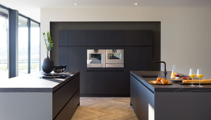 Donkere minimalistische keuken   Satink Keukens